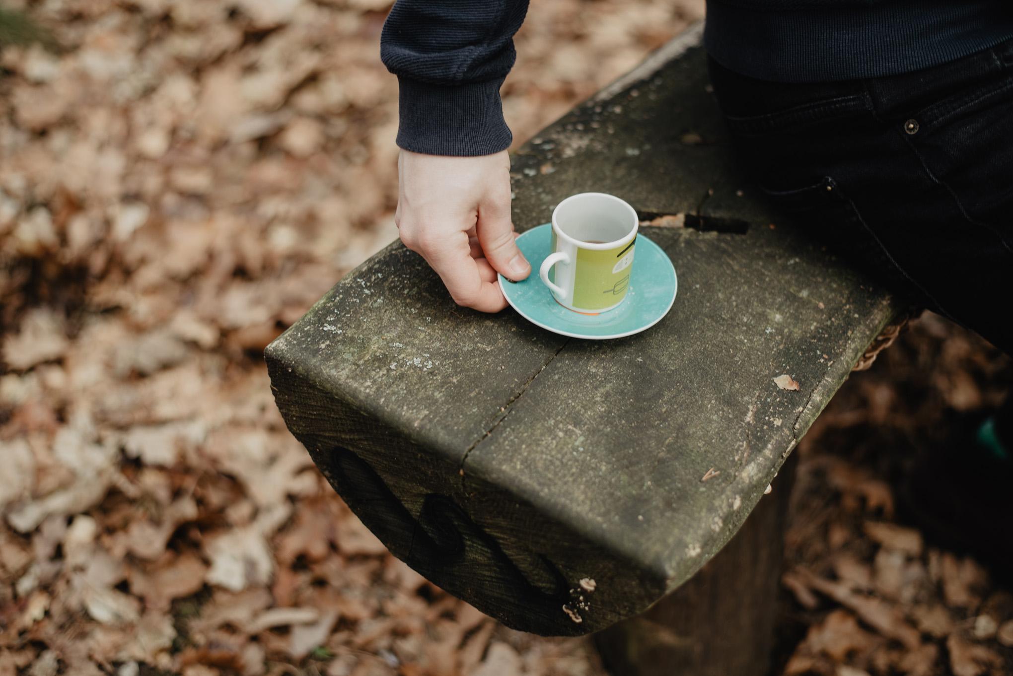 wypić kawę w lesie